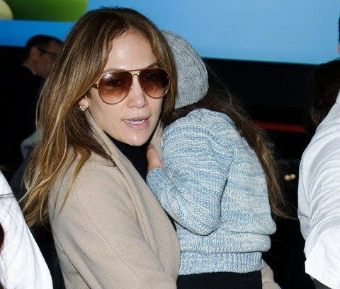 11.APRIL.2016, LONDON, UK ACTRESS AND SINGER JENNIFER LOPEZ FLIES OUT OF HEATHROW AIRPORT ON HER WAY TO LOS ANGELES , JENNIFER LOPEZ, SUNGLASSES, HEATHROW AIRPORT, CHILD